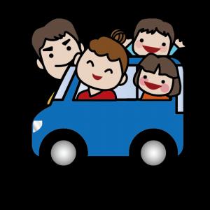 家族で車に乗っている。楽しいドライブ